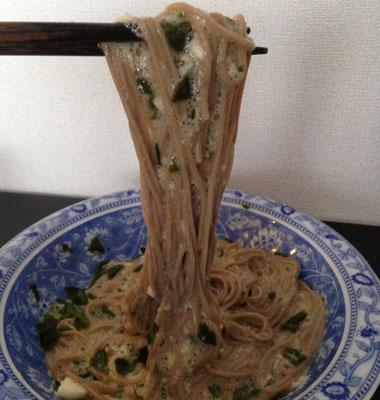 めかぶを使った料理-ネバネバそば_そば以外でも、納豆+めかぶ+とろろを混ぜてご飯にかけるのもオススメです。