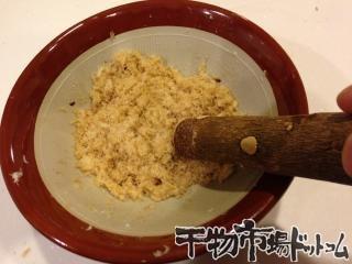 連子鯛で作る_ちらし寿司とお吸い物_最後にもう一度あたり鉢に入れてあてれば「でんぶ」の完成です。