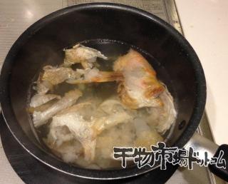 連子鯛で作る_ちらし寿司とお吸い物_残った骨と皮は鍋に入れてダシをとります。