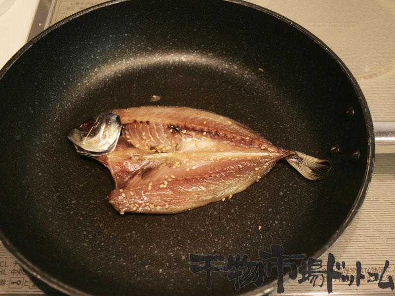 開きあじの干物をフライパンで焼いてみる_焼きはじめ
