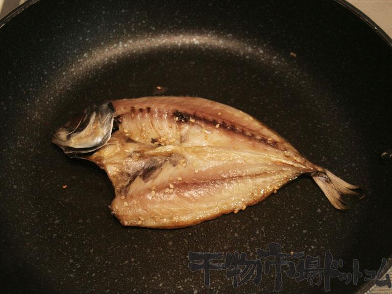 開きあじの干物をフライパンで焼いてみる_焼いて6分全体