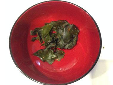 めかぶとがごめ昆布のお吸い物_めかぶはある程度小さくして、お椀に入れます。
