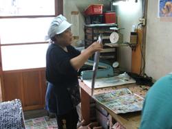 袋詰めの一コマ。「良いワカメが出来たで。」と上機嫌です_鳥取県大山町鷲見律子さんの新物板わかめ