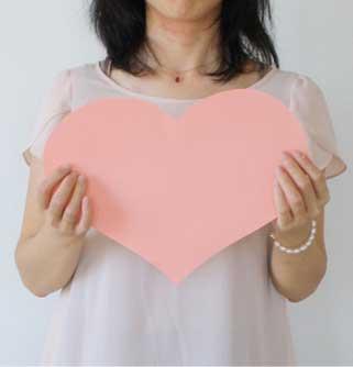 バレンタイン_ハートを持つ女性
