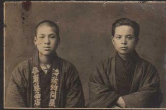 先代社長 齋藤萬治(左) (大正15年頃)